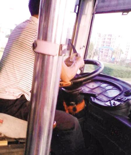 网友称公交车司机在驾车途中削苹果。 网友供图