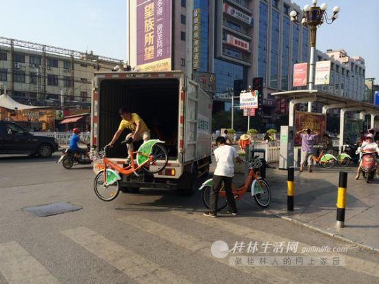 5日,中心广场站点的公共自行车很快被借光,工作人员紧急调配自行车进行补充。