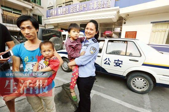 华强派出所的民警把葛先生父女三人接到派出所。图片来源:当代生活报
