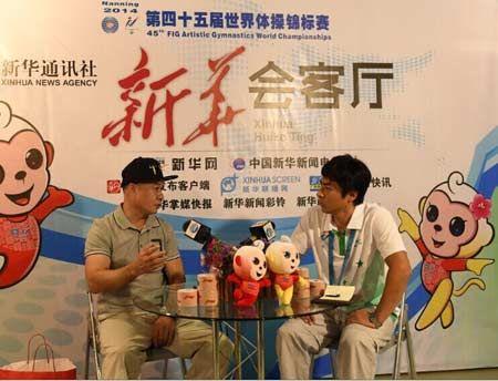 10月7日,李宁(左)在广西体育中心接受新华社记者张荣锋专访。新华社记者 陆波岸 摄