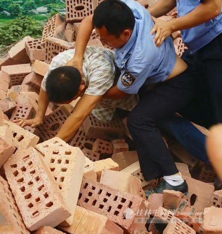 赵先生被城管人员按在一堆砖块上。(秦女士所拍现场视频截图)