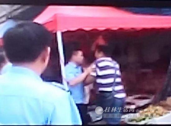 城管人员与蒋先生发生推搡。(秦大姐翻拍城管执法记录截图)