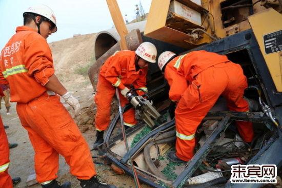 进行救援的人员在实施破拆