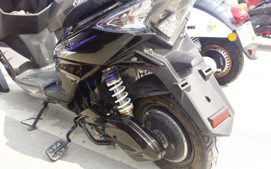 重型电动车脚蹬贴地突兀,影响骑行安全。