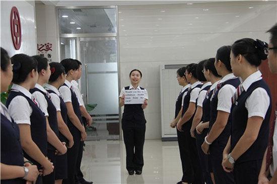"""中国银行南宁市城北支行营业部在每日晨会上增设""""柜员服务七步曲""""外语学习环节,规范网点员工外语服务用语言"""