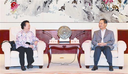 10月12日下午,自治区党委书记、自治区人大常委会主任彭清华在南宁会见由谭惠珠为团长的香港全国人大代表视察团一行