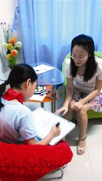心理老师在给小学生做咨询图片