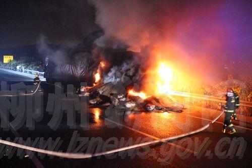 大货车炸胎引起大火
