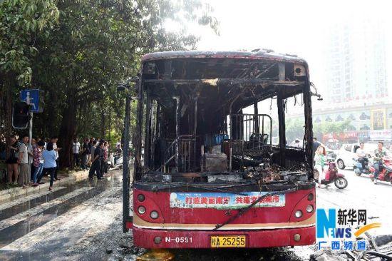10月17日,在广西南宁市长湖茶花园路口,起火公交车被烧得面目全非。