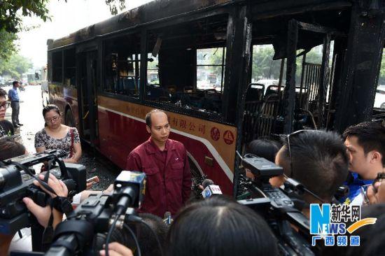 10月17日,在广西南宁市长湖茶花园路口,起火公交车司机讲述当时情况。