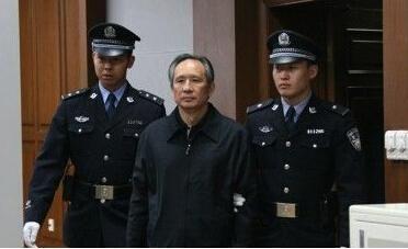 两名法警将张曙光带上法庭。