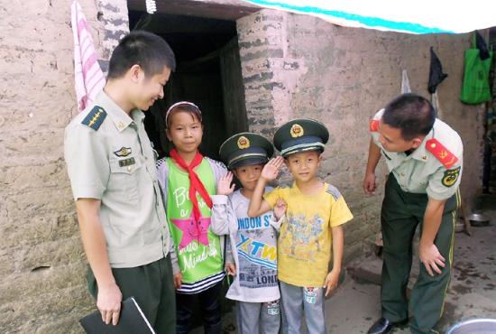 唐李妹两个弟弟喜欢扶隆边检站的武警叔叔,带上了警帽。南国早报见习记者 钟小启 摄