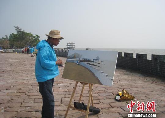 图为缅甸画家在广西防城港簕山古渔村写生创作。李敏军 摄