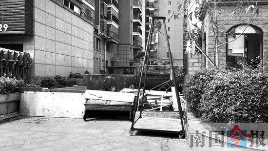 龙城华府小区停车场的一个出入口被杂物堵住,通行受阻。