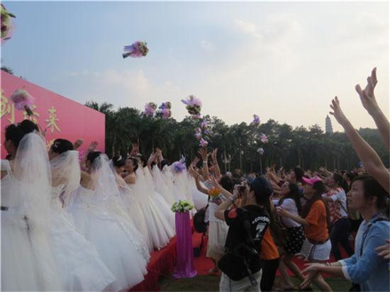 新娘向观众掷花球 图:王晓茵