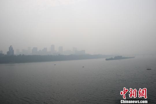 10月17日,雾霾笼罩柳州。当日,柳州城区雾霾达到重度污染,给市民出行带来不便。林馨 摄