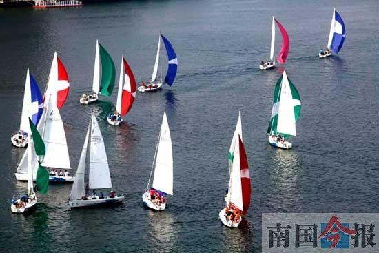 """2014中国·柳州国际内河帆船赛昨日落下帷幕,来自7个国家的28支赛队激烈角逐3天,新加坡大帆船队最终夺得冠军奖杯,实现""""三连冠"""",而柳州本土赛队的最好成绩为银组第五名。记者张存立 摄"""