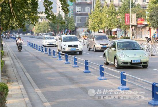 辅星路上原有的机动车临时停车位被取消,并设置非机动车交通护栏。