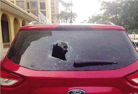 被砸坏的车。 当事人供图