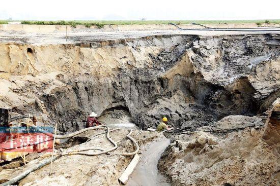 防城港一非法淘矿点大肆抽沙淘矿留下巨大安全隐患,并破坏当地生态环境