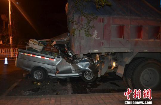 图为事故微型载货车追尾上停在路边的大货车,车头副驾驶位置被撞扁。 梁书文 摄