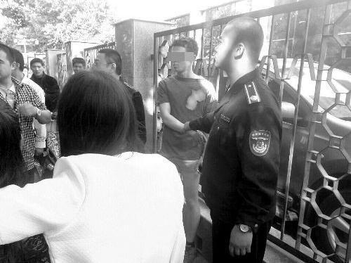 外籍男子(右二)已被抓住。目击者供图