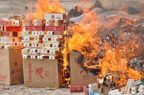 一批走私贩私香烟、烟叶被公开销毁,并作无害化处理。