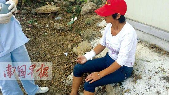 一名女工逃出后,手脚受伤。