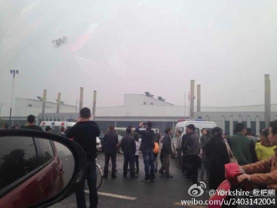 成都一汽大众基地工厂被堵门,大门厂名用一米高绿植遮挡。图片来自网络