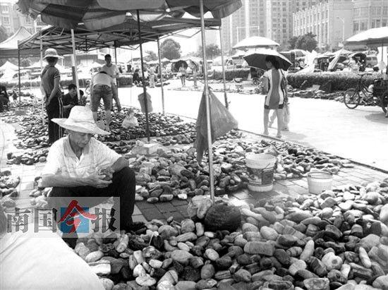 来宾奇石文化城大门外的星城路集市。图片来源:南国今报