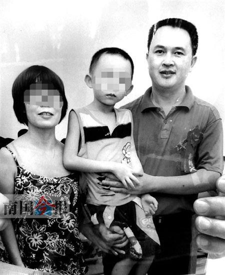 一家三口在德保拍的照片。记者 胡来彦 翻拍