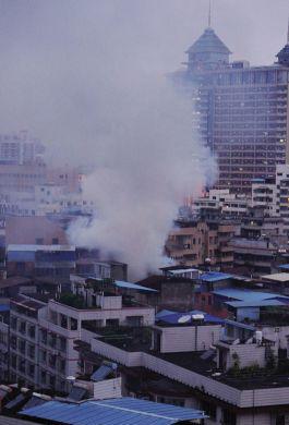 居民楼生起大量烟雾。