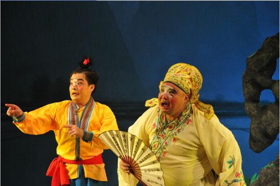 10月29日晚,来自广西戏剧院彩调剧团演员在表演传统小彩调《阿三戏公爷》 图片来源:赵佳志摄(新华社发)