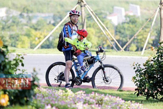 一对爷孙在青秀山自行车道上小憩。记者 周军 摄