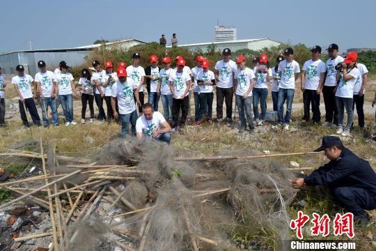 图为民警和护鸟志愿者集中烧毁收缴的捕鸟网。