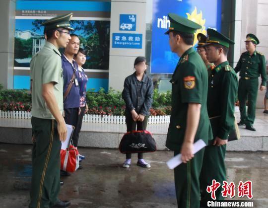 图为获解救的13岁越南少女通过东兴口岸回国。黄卓 摄