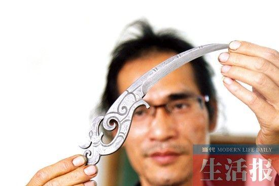 黄冬鹏用花纹钢打造出来的精美刀具。记者 徐天保 摄