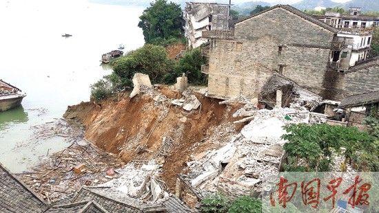 岸边的一排房屋已经随着堤岸坍塌入江内。