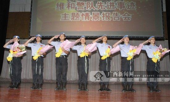 图为维和警察接受鲜花并敬礼。广西新闻网实习生 黄旸摄