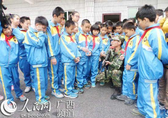 官兵为学生介绍武器装备