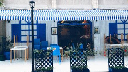 蓝白色调为主的餐厅