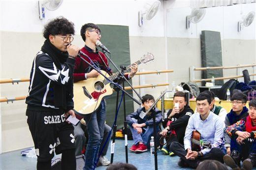 西大的同学们就围坐在地上,听朱兴东(左一)和他的朋友们唱歌,温馨而质朴