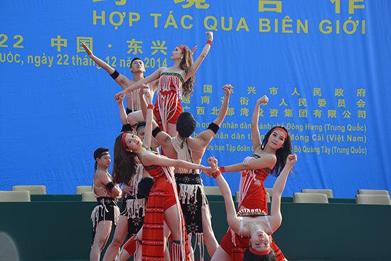 2014中越商贸旅游博览会在防城港东兴举行。图为来自中国的艺术家们献上民族舞蹈表演。