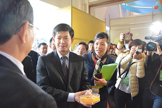 2014中越(东兴-芒街)商贸・旅游博览会在防城港・东兴举行。图为越南代表参观中越商贸展会,对中国与越南之间的商贸交流赞不绝口。