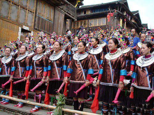 广西侗族姑娘唱拦路歌迎接游客 图:黄艳梅