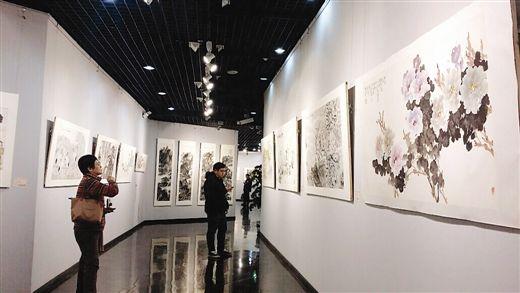 观众在此次书画展上欣赏书画作品