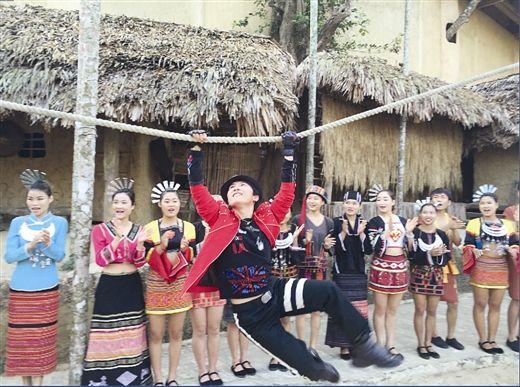 卓君在海南与黎族村民联欢。受访者供图