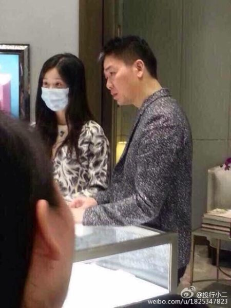 奶茶妹妹刘强东在南京高档商场选购戒指