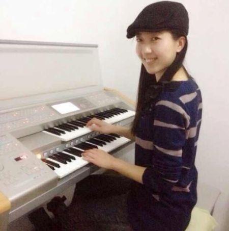 青年双排键(电子管风琴)演奏家田甜图片