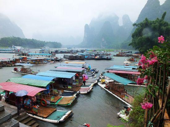 漓江边上供游客乘坐游览的竹筏 图:新浪博主/伊夫